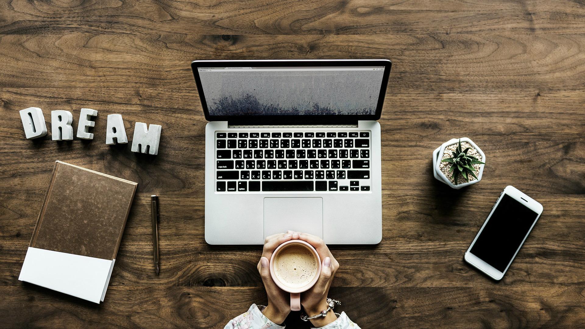 darbs internetā, sēžot mājās bez ieguldījumiem)