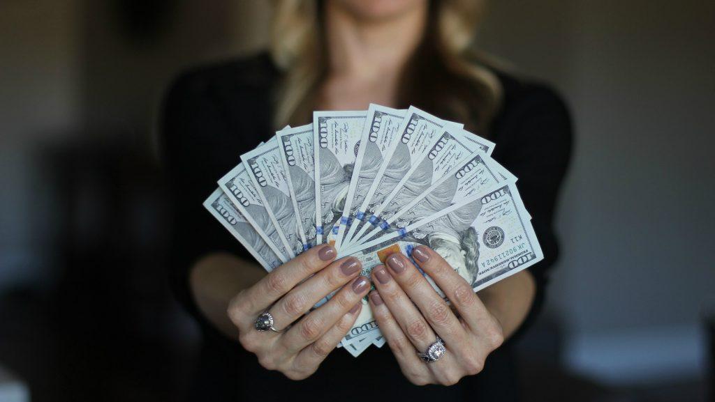 cilvēki strādā, lai nopelnītu naudu